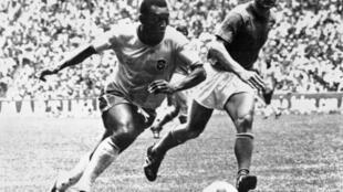 Le roi Pelé efface le défenseur italien Tarcisio Burgnich en finale de la Coupe du monde le 21 juin 1970 à Mexico.