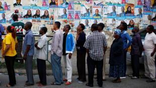 a Nairobi, le jour commence à se lever, mais la file d'attente devant les bureaux de vote ne rétrécit pas.