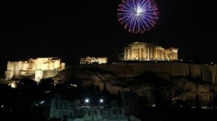 Passagem de ano em Atenas com fogos de artifício na Acrópole.