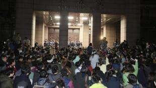 台灣抗議服貿激進學生2014年3月23日深夜轉攻行政院。