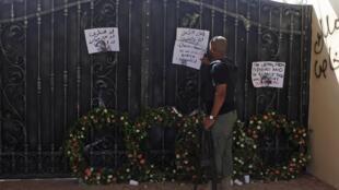 Sur le portail du consulat américain gardé par un soldat libyen, des lettres d'habitants qui regrettent ce qui s'est passé. Benghazi, le 18 septembre 2012.