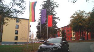 La petite ville de Hoppstädten-Weiersbach, 3 500 habitants, qui arbore fièrement les drapeaux allemand, européen et chinois. Aujourd'hui, 30% de la population vient de Chine.