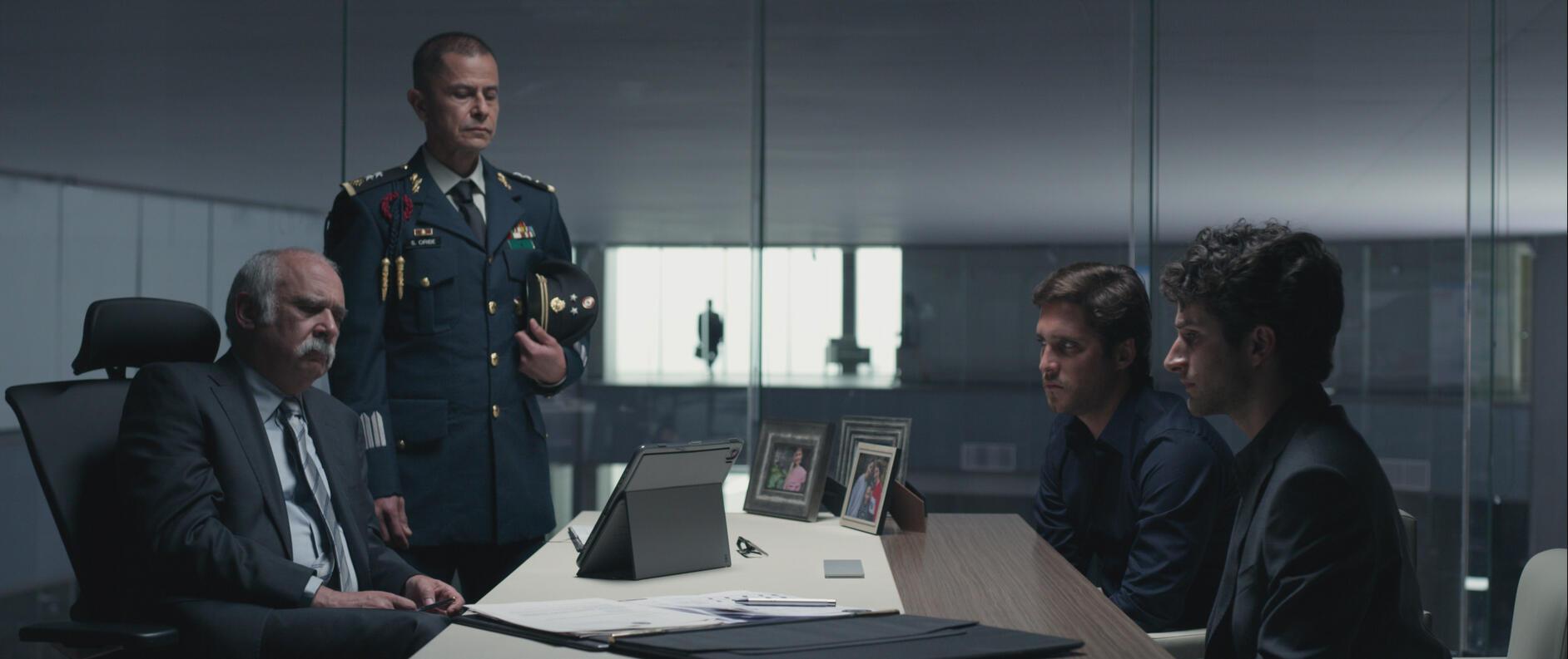 Кадр из фильма. Силовики берут ситуацию под контроль