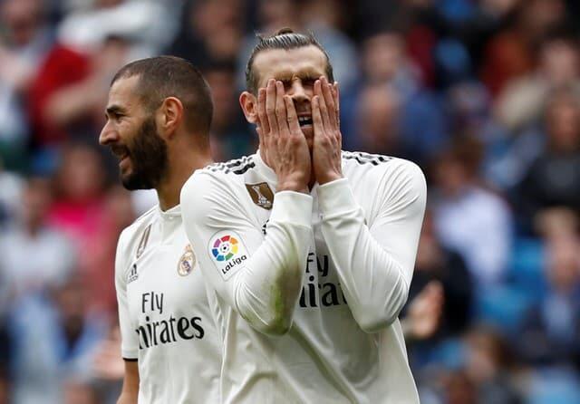 'Yan wasan Real Madrid Gareth Bale da Karim Benzema bayan zubar da damar jefa kwallo a wasan gasar La Liga da Levante ta lallasa su da kwallaye 2-1.
