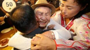 Famílias da Coreia do Norte e do Sul se encontraram em Monte Kumgang, nesta segunda-feira (20).