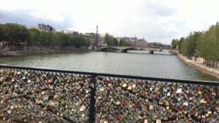 """A Ponte das Artes, no 6° distrito de Paris, é um dos locais preferidos dos apaixonados que deixam cadeados para """"eternizar"""" seu amor."""