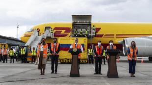 El presidente colombiano, Iván Duque (C), da un discurso tras el arribo de 50.000 dosis de la vacuna de Pfizer contra el COVID-19, en el aeropuerto de El Dorado en Bogotá el 15 de febrero de 2021