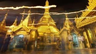 Chùa Sule, một ngôi chùa cổ hai ngàn năm tuổi nằm ở trung tâm Rangun, Miến Điện. (REUTERS /Soe Zeya Tun)