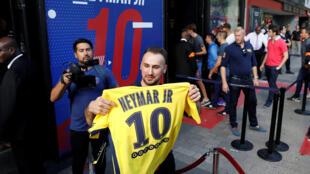 Adepto feliz ao sair da loja do PSG com a camisola de Neymar