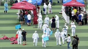 北京卫生人员在广场上进行新冠病毒检测北京卫生人员在广场上进行新冠病毒检测
