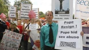 Питер Тетчел (активист движения в защиту прав сексуальных меньшинств) на акции протеста проитв визита Папы римского в Лондоне.
