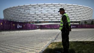 Devant l'un des stades où se déroulent les Jeux européens à Bakou, le 11 juin 2015.