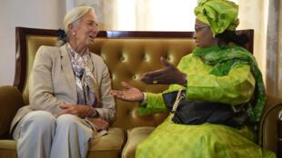La directrice du FMI, Christine Lagarde, discute avec la ministre malienne de l'économie et des finances, Bouare Fily Sissoko, en janvier 2014, à Bamako.