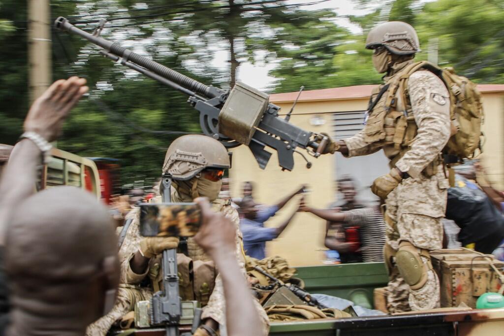 Des soldats maliens paradent dans le square de l'Indépendance à Bamako après l'arrestation par des mutins du président IBK et du Premier ministre, le 18 août 2020.
