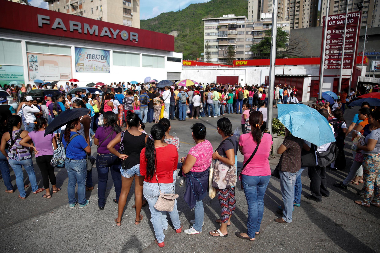 Người dân Venezuela xếp hàng mua giấy vệ sinh và tã trẻ em tại Caracas.