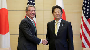 Thủ tướng Nhật S. Abe (P) tiếp bộ trưởng Quốc Phòng Mỹ A. Carter tại Tokyo ngày 06/12/2016.