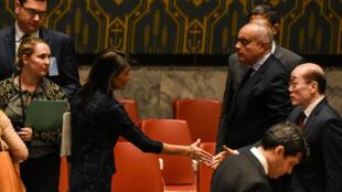 L'ambassadrice des Etats-Unis à l'ONU (G) discute avec l'ambassadeur chinois aux Nations unies après une réunion du Conseil de séurité sur le cas nord-coréen, le 11 septembre.