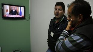 Chipriotas mirando la intervención de Nicos Anastasiades, este 25 de marzo de 2013.