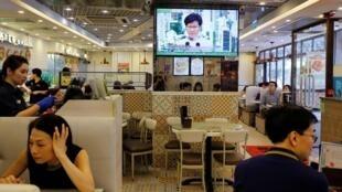 香港市民周六觀看林鄭月娥特首電視講話資料圖片
