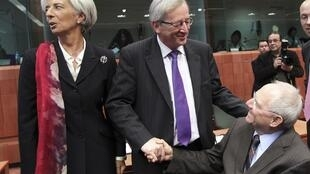 Christine Lagarde, Junker e o ministro alemão das Finanças, Wolfgang Schaeuble, hoje em Bruxelas.