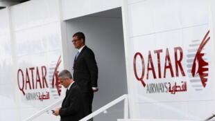 Des cadres de la compagnie aérienne Qatar Airways, au 49e salon du Bourget à Paris, le 20 juin 2011.