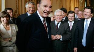 Le président Jacques Chirac, entourée de ses ministres, le 9 mai 2007 au palais de l'Elysée à Paris.