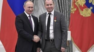 Владимир Путин (слева) и Евгений Миронов. Кремль, 24 мая 2017 г.