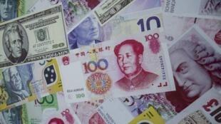 香港某交易所看到的美元,歐元與人民幣。攝於2015年8月13日