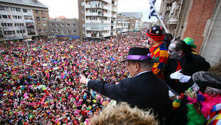 O Carnaval de Dunkerque tem uma tradição, a de jogar peixes para os foliões dos apartamentos.