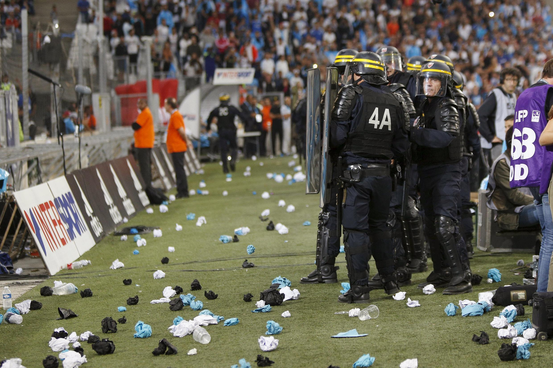 Incidentes nas arquibancadas e muitas provocações durante duelo entre OM e Lyon.