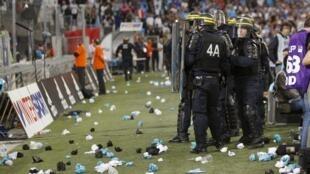 Une intervention policière a été nécessaire suite à des jets de bouteilles et autres projectiles sur le terrain, lors du match Marseille/Lyon, le 20 septembre 2015.