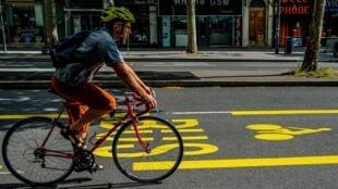 Cycliste empruntant une nouvelle piste cyclable le 6 mai 2020 à Lyon, France.