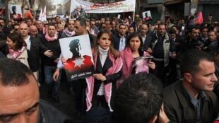 La reine Rania de Jordanie s'est jointe, le vendredi 6 février 2015, aux milliers de personnes qui ont manifesté à Amman pour condamner l'exécution du pilote jordanien par le groupe EI.