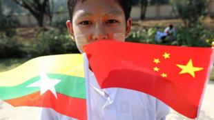 緬甸首都內比都歡迎中國國家主席習近平到訪的當地兒童 2020年1月17日  Un enfant birman tenant des drapeaux birman et chinois peu avant l'arrivée du président chinois Xi Jinping à Naypyidaw, la capitale de Birmanie, le 17 janvier 2020.
