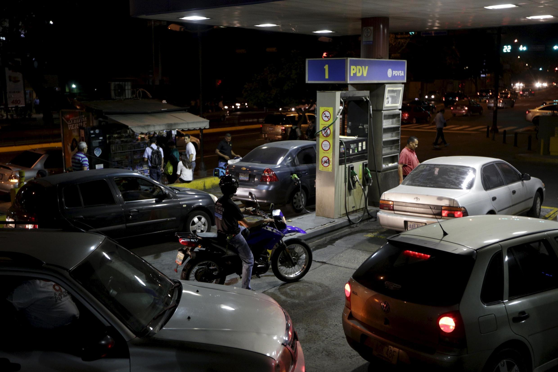 Người dân Venezuela xếp hàng chở đổ xăng tại Caracas ngày 17/02/2016.
