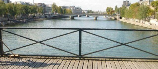 Los nuevos paneles instalados en el Puente de las Artes en París.