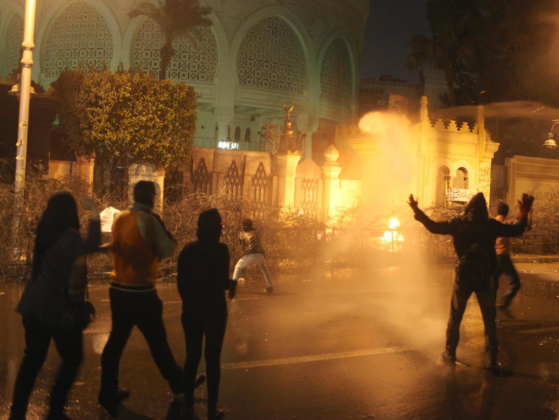 Người biểu tình Ai Cập tấn công trụ sở của tổ chức Huynh đệ Hồi giáo (REUTERS /A. Waguih)