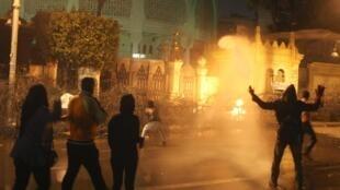 Des manifestants des sont opposés aux Frères musulmans près du palais présidentiel au Caire, le 11 février 2013.