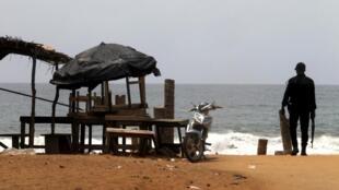 Askari wa Côte d'Ivoire katika mji wa Grand-Bassam, Machi 13, 2016, siku ya shambulio.