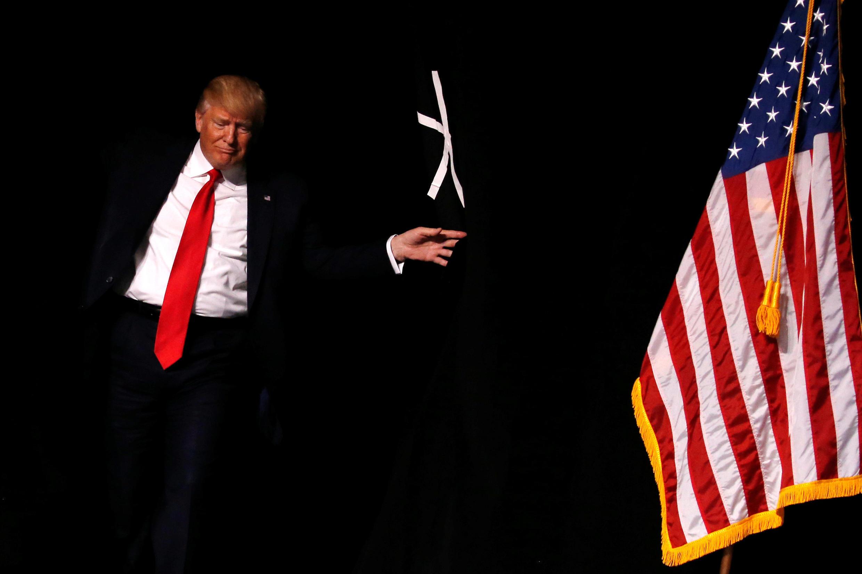 O presidente norte-americano Donald Trump sobre ao palco para realizar discurso em evento do poderoso lobby dar amas nesta sexta-feira, 28 de abril de 2017.