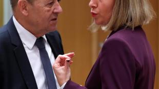Ngoại trưởng PphaspJean-Yves Le Drian (T) và lãnh đạo ngoại giao LHCA, Federica Mogherini tại Bruxelles, ngày 13/11/2017.