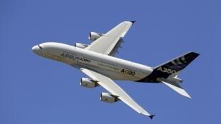 O Airbus A380, o maior avião do mundo, durante a feira aeronáutica de Paris de 2011.