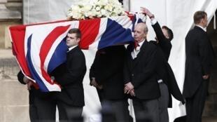 Le cercueil de Margaret Thatcher arrive à la chapelle du Palais de Westminster à Londres, le 16 avril 2013.