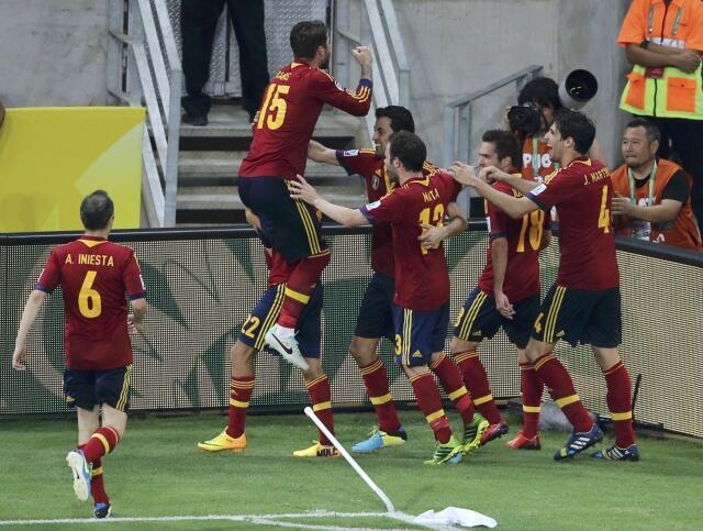 O espanhol Jesus Navas comemora a cobrança de pênalti que garantiu a vaga da ESpanha na final da Copa das Confederações.