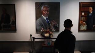 Mtu huyu akiwa mbele ya picha ya aliye kuwa Katibu Mkuu wa Umoja wa Mataifa Kofi Annan katika makao makuu ya Umoja wa Mataifa huko New York, Marekani, Agosti 28, 2018.