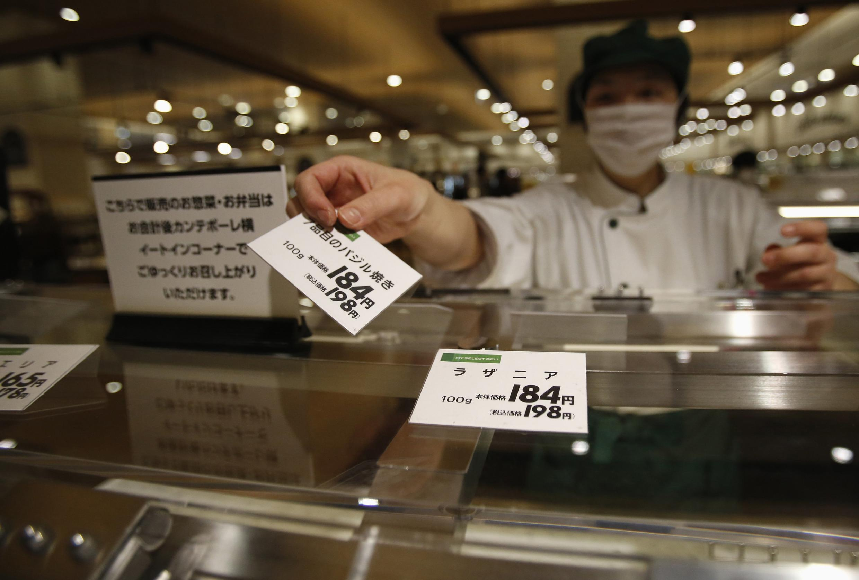 Một nhân viên bán hàng tại siêu thị Chiba, phía đông Tokyo - REUTERS /Yuya Shino