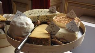 Генерал де Голль говорил, что число французских сыров равняется числу дней в году, но на самом деле разновидностей французских сыров больше тысячи.