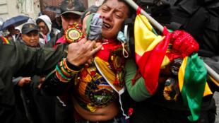 Manifestante agredido pela polícia durante as manifestações contra o novo Código Penal. s protestas contra el nuevo código penal cuando el Rally Dakar llegaba a La Paz, Bolivia, el 11 de enero de 2018.