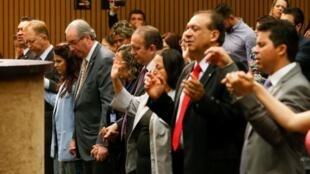 Bancada evangélica reza em plena Câmara dos Deputados.