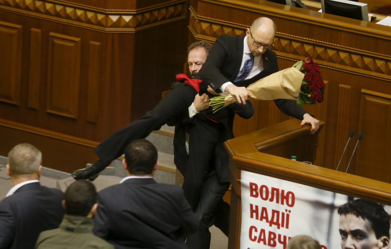 Депутат Верховной рады Олег Барна (слева) вынес премьер-министра Арсения Яценюка с трибуны, спровоцировав драку в зале заседания.